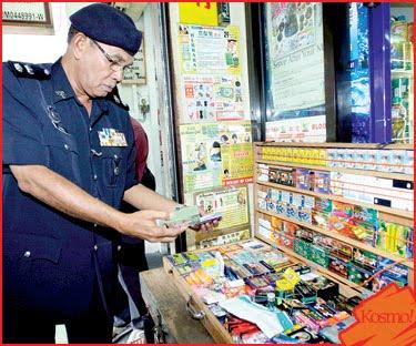 penguatkuasa memeriksa kedai yang menjual kedai menjual peralatan seks